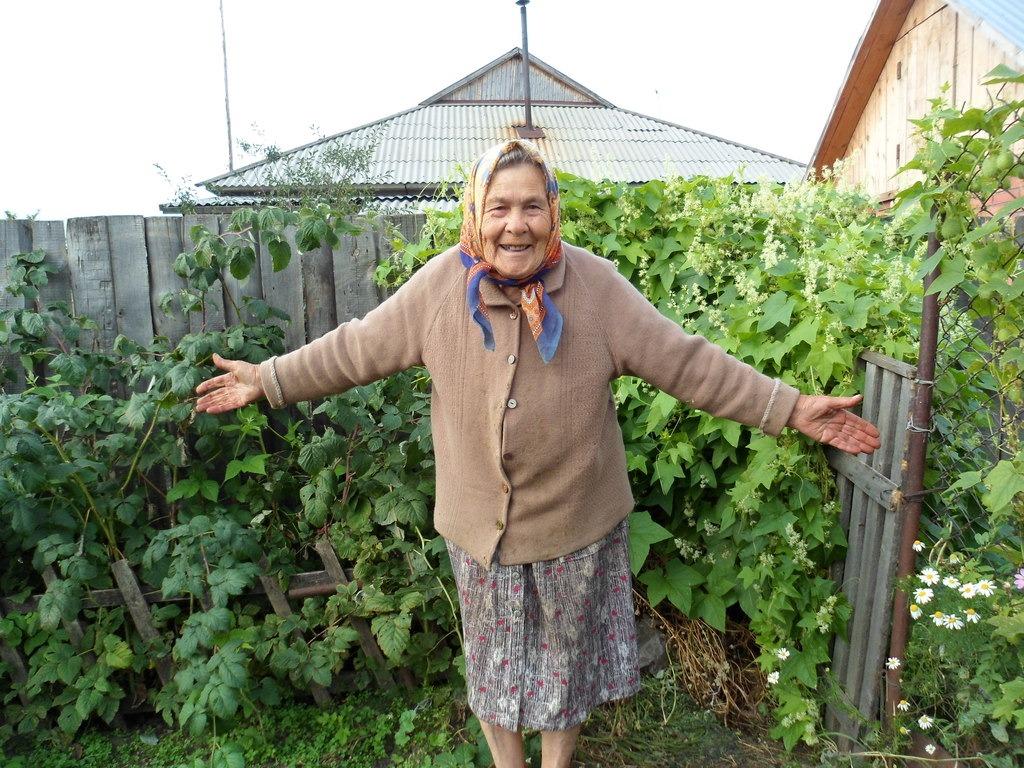 Картинки старуха в огороде