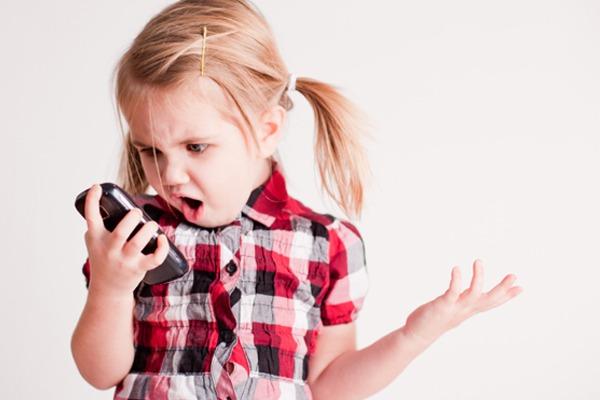 Психологи рассказали, каким образом ограничить время детей на гаджеты