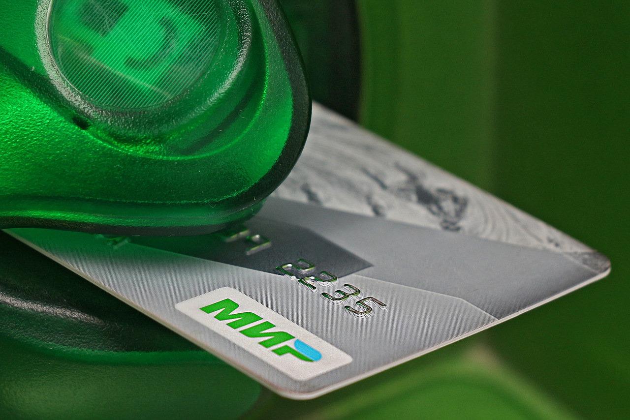 Юрист Соловьев предупредил россиян о риске платежей с чужой банковской карты