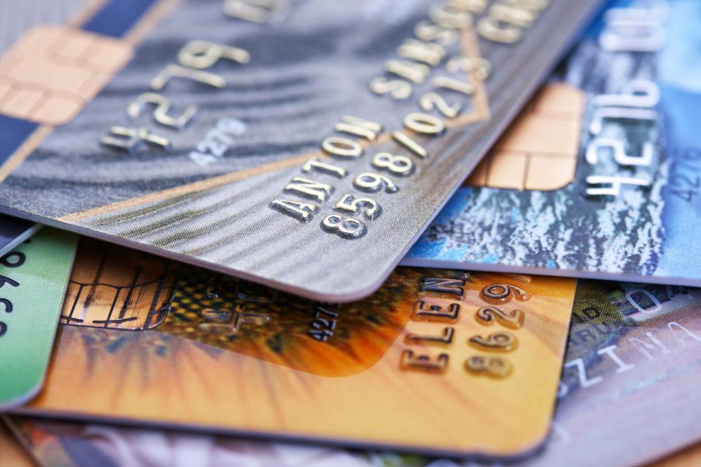 Россиянам посоветовали не хранить пенсии на банковских картах