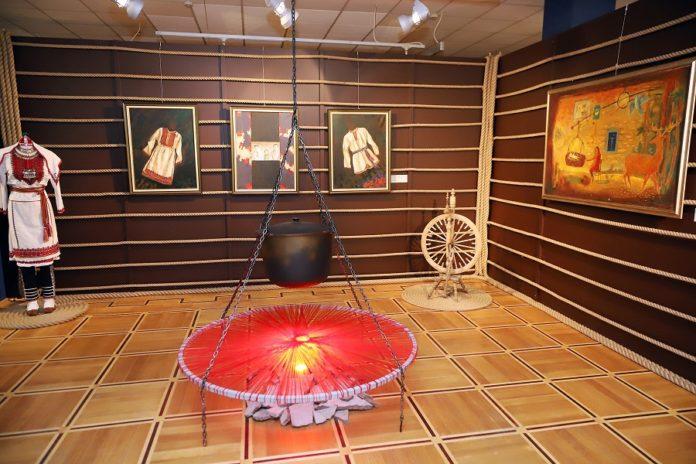 В Йошкар-Оле началась выставка в честь 100-летия Марий Эл