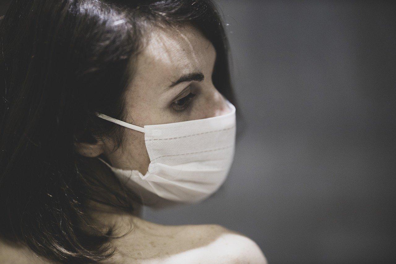 Описано движение крупных капель при кашле в самодельных масках