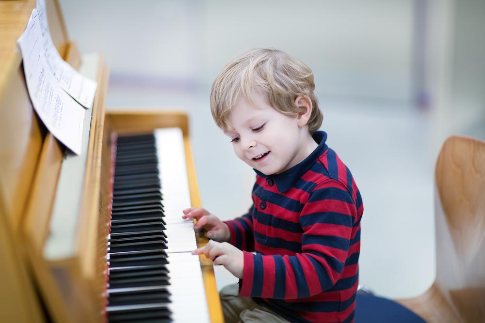 Ученые заявили о положительном влиянии обучения музыке на развитие мозга