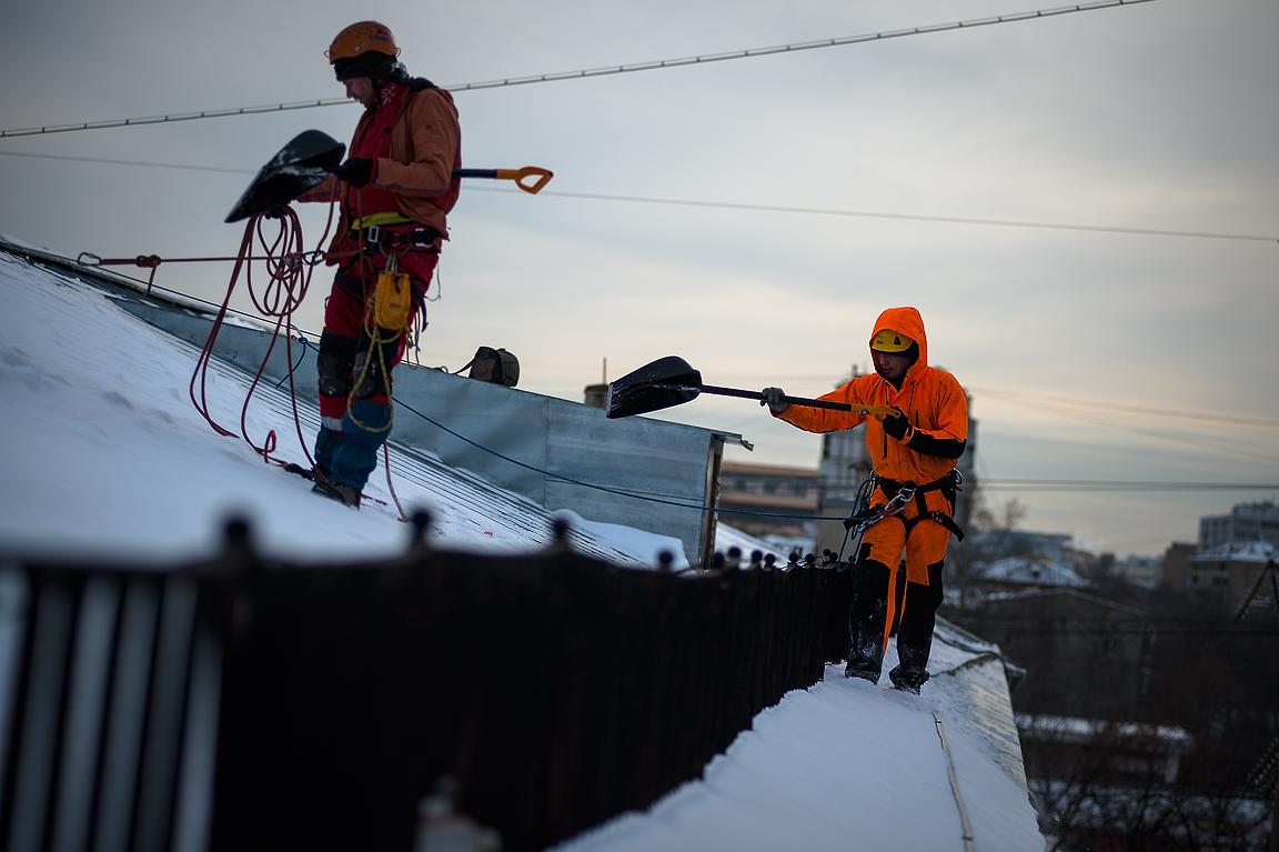 Мариэнерго напоминает о правилах безопасности при чистке снега с крыш