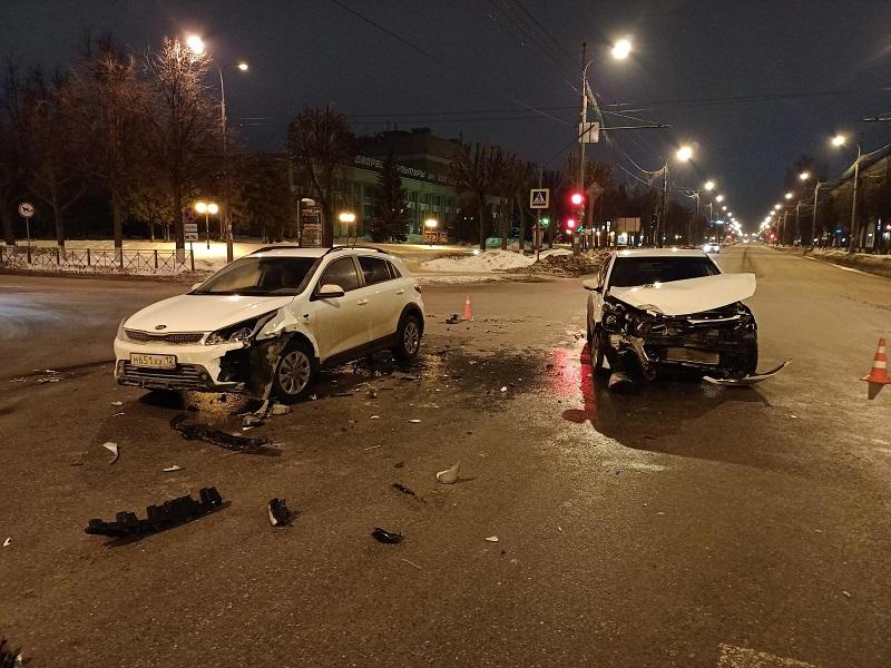В Йошкар-Оле при столкновении двух иномарок пострадали два человека