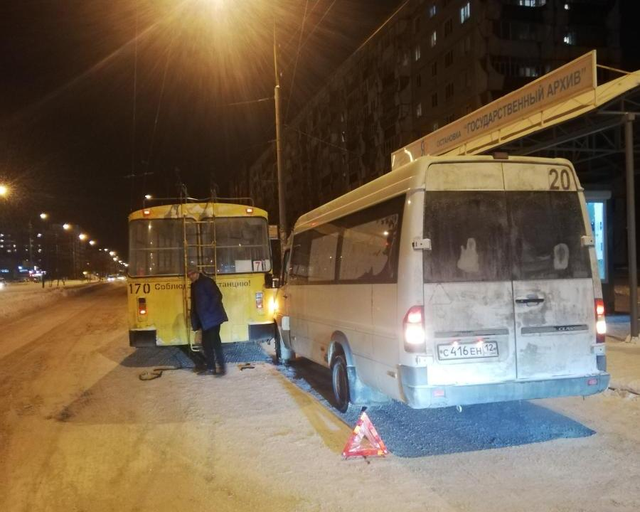 Сотрудники ГИБДД разыскивают очевидцев столкновения троллейбуса и автобуса в Йошкар-Оле