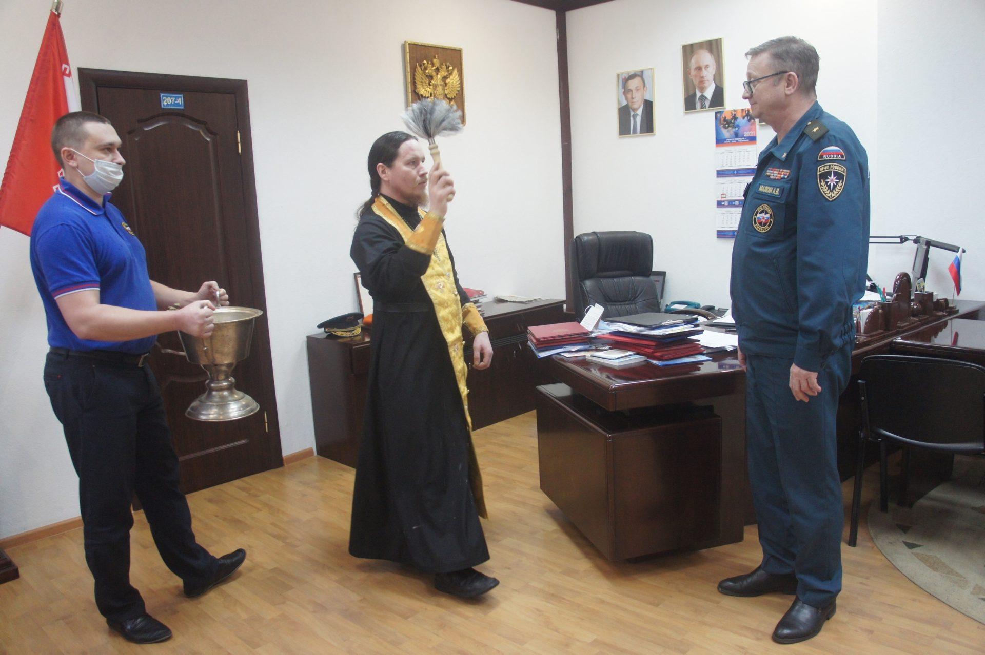 В пожарно-спасательных подразделениях в Йошкар-Оле освятили технику