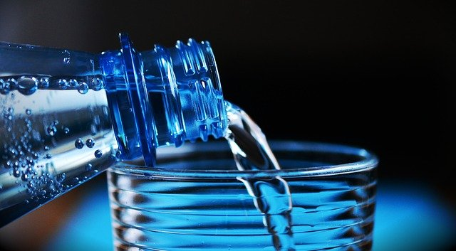 Эксперты Роскачества нашли в питьевой воде нарушения у 65 торговых марок