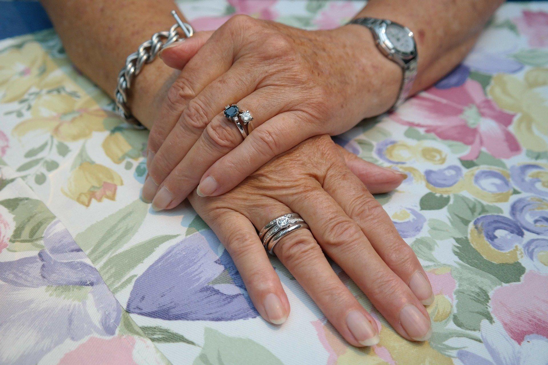 Темные полоски на ногтях могут говорить о проблемах с сердечно-сосудистой системой