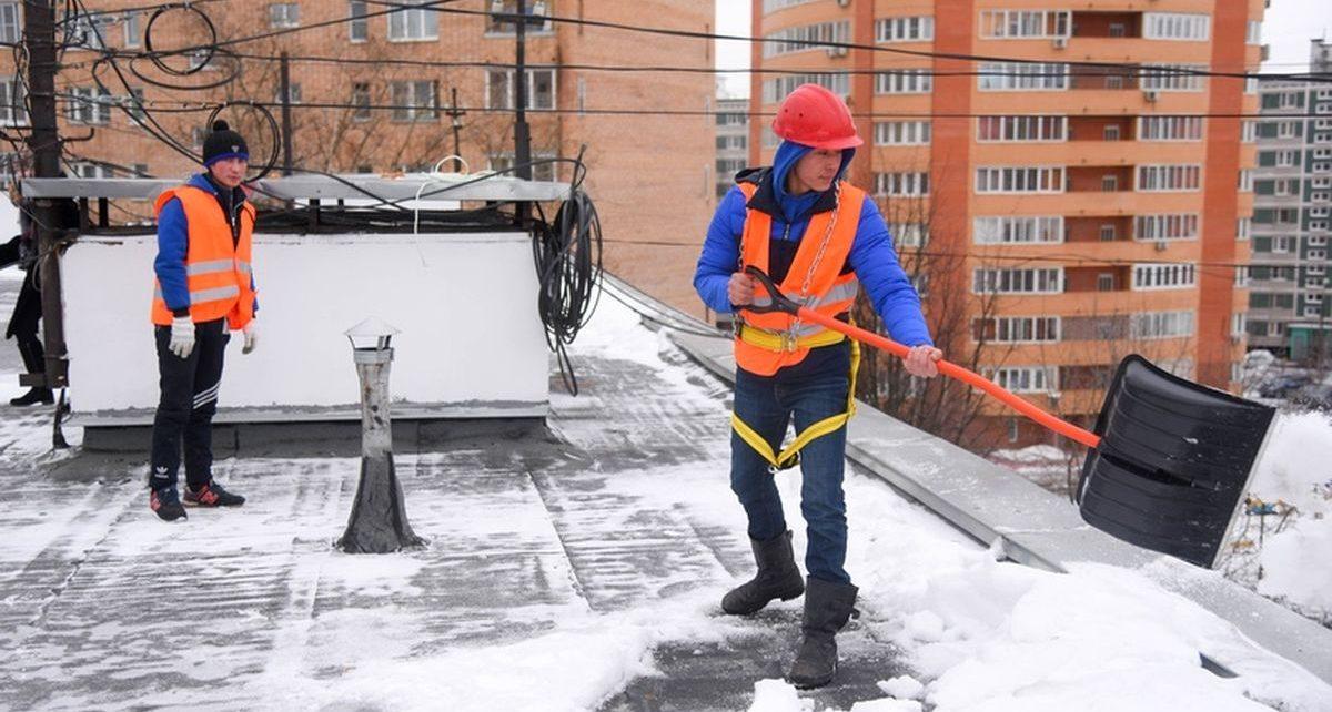 В Йошкар-Оле от наледи и снега чистят крыши