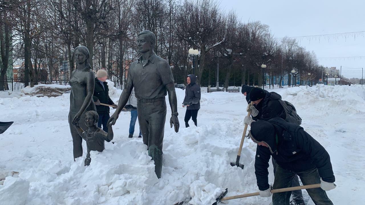 Памятники на бульваре Победы в Йошкар-Оле очистили от снега