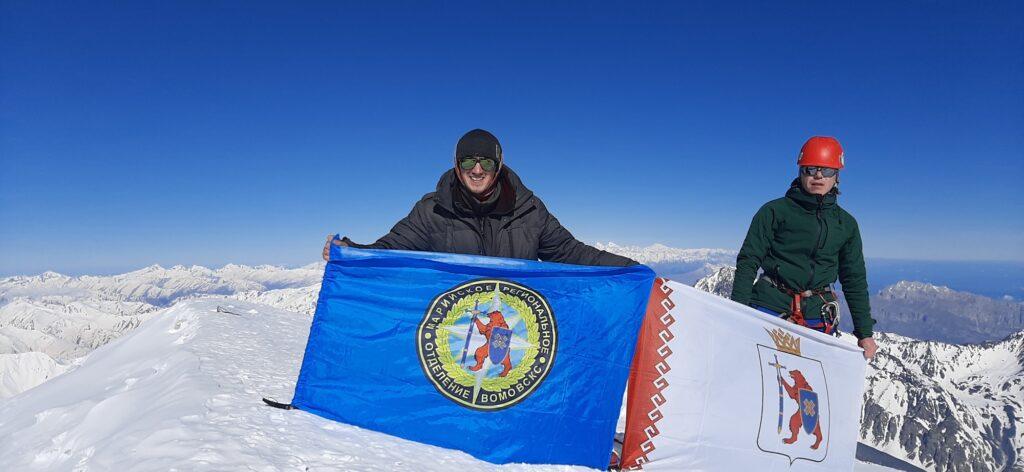 Пожарный из Йошкар-Олы водрузил флаг Марий Эл на вершине горы Казбек