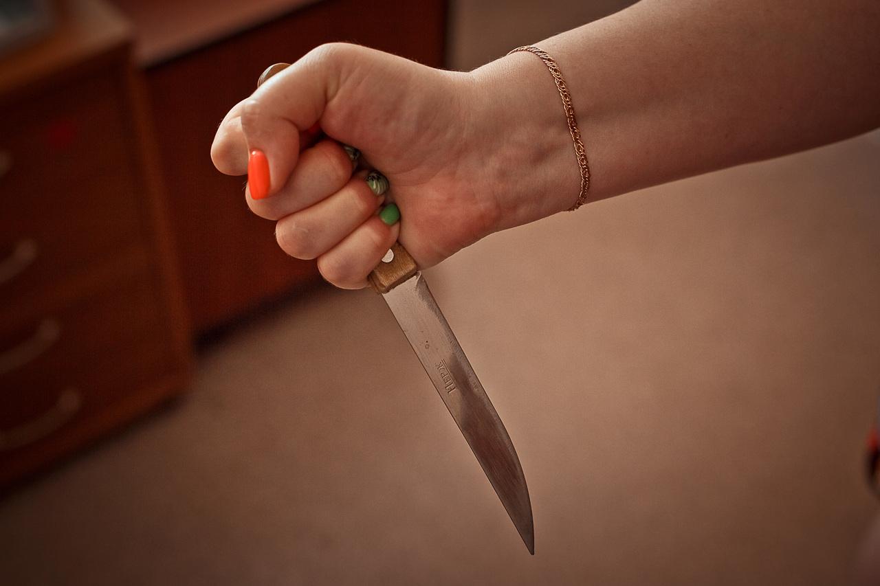 Жительница Волжска ударила ножом ревнивого друга