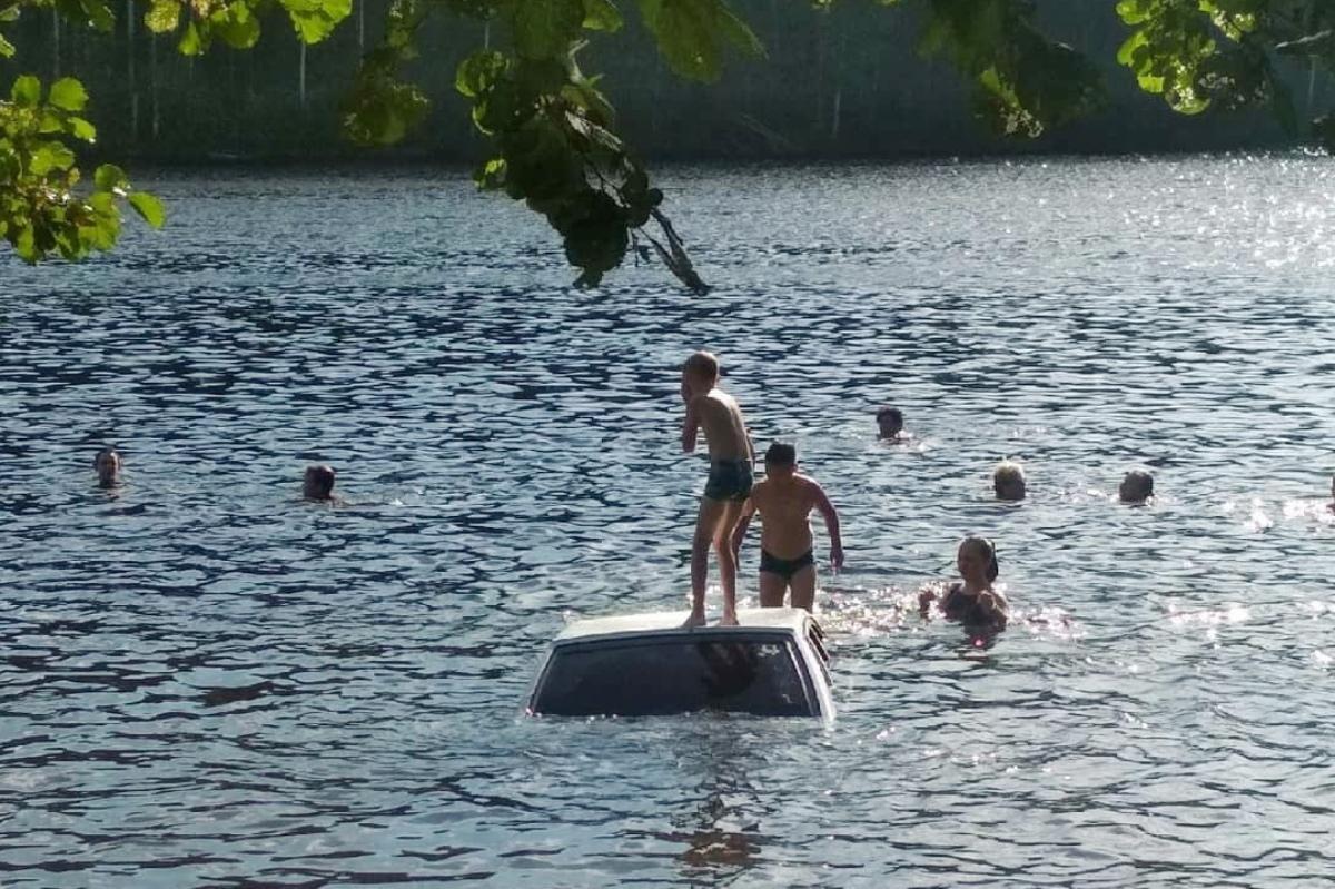 В Марий Эл утопили в озере Сайвер автомобиль ВАЗ-2114