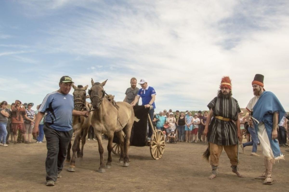 На фестивале «Пламя Аркаима» показали реконструированную колесницу бронзового века