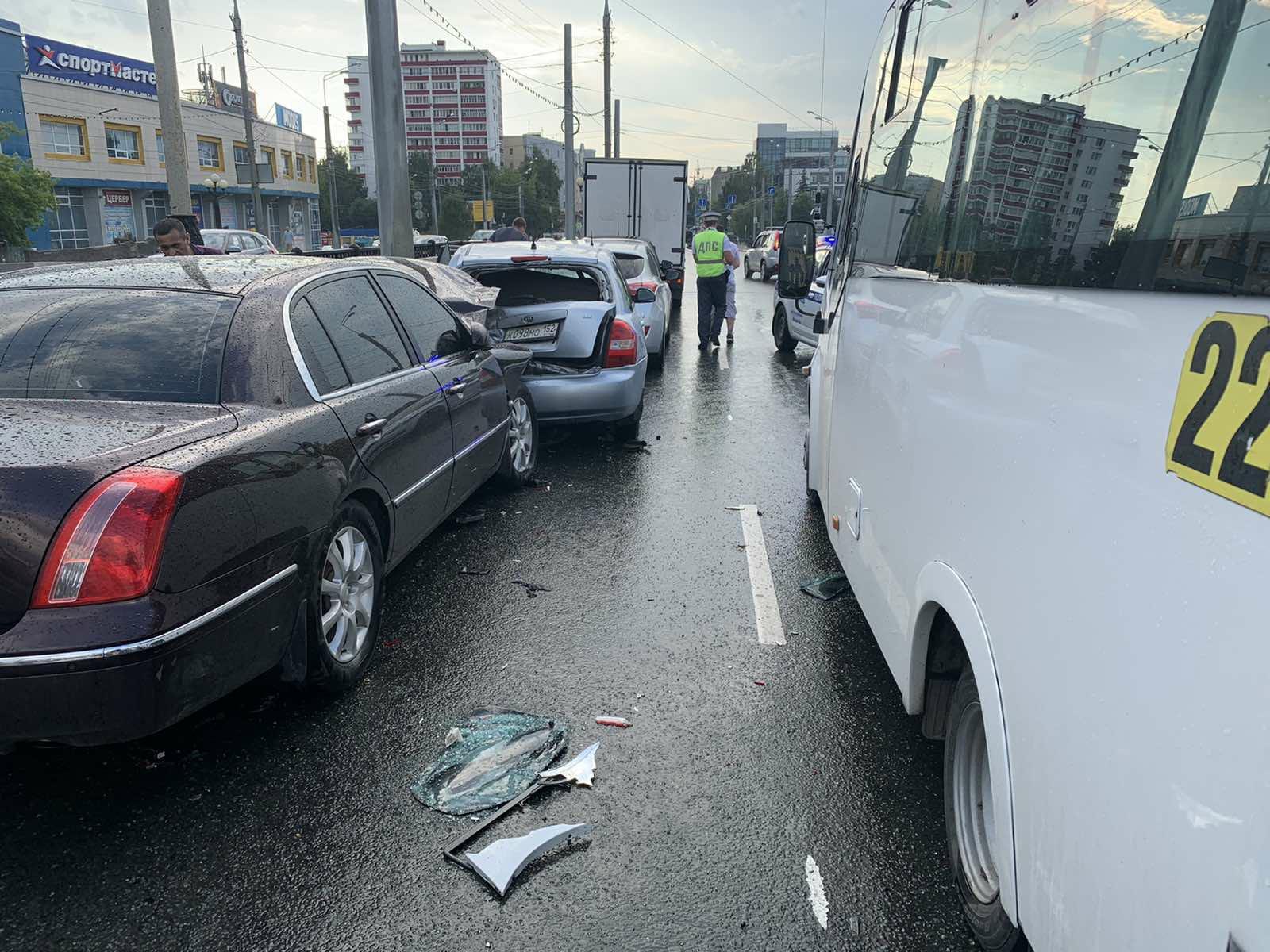Несоблюдение дистанции стало причиной столкновения девяти автомобилей в Йошкар-Оле
