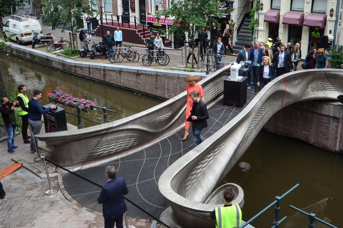 В Амстердаме открыт созданный по технологии 3D-печати стальной мост