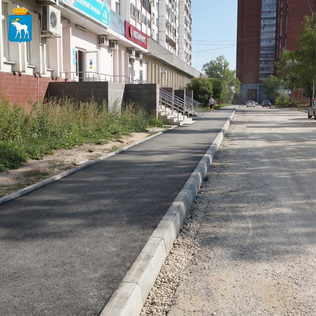 На пешеходной зоне по ул. Эшкинина укладывают новый асфальт