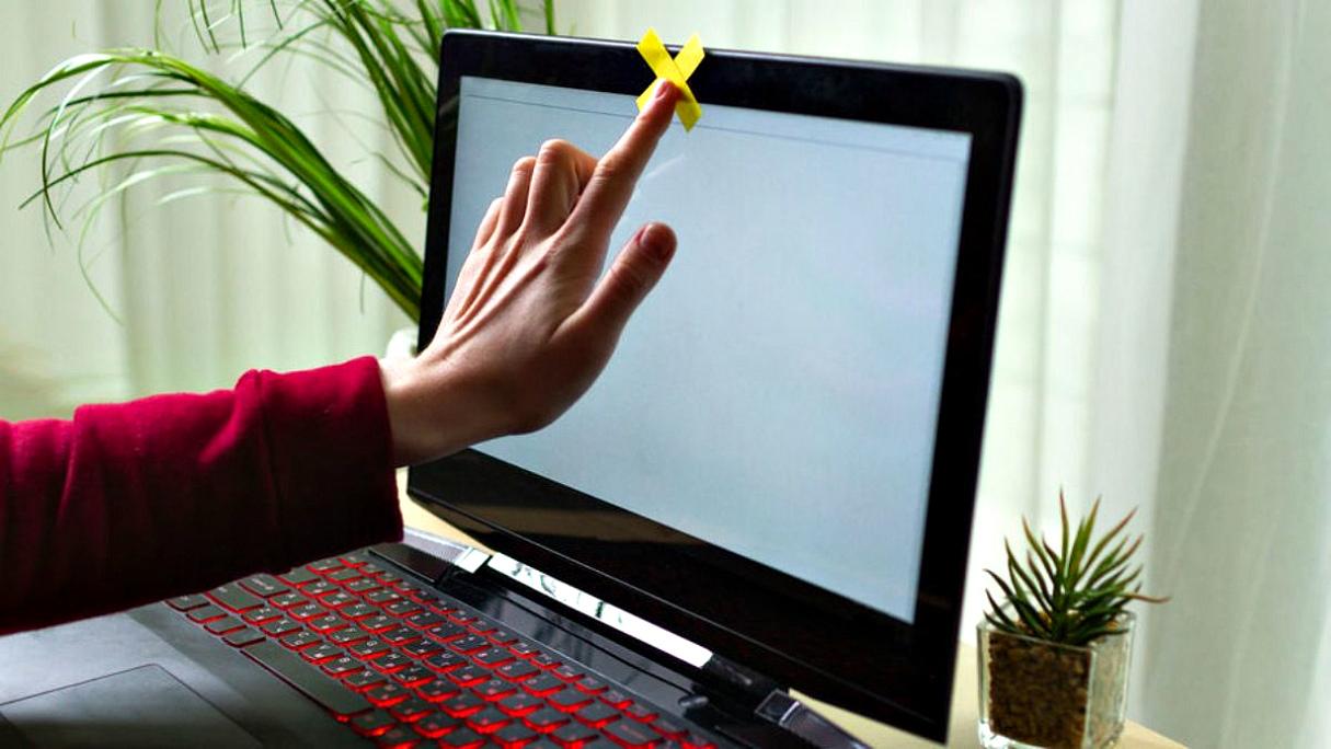 Россиянам настойчиво рекомендуют заклеивать камеры на ноутбуках