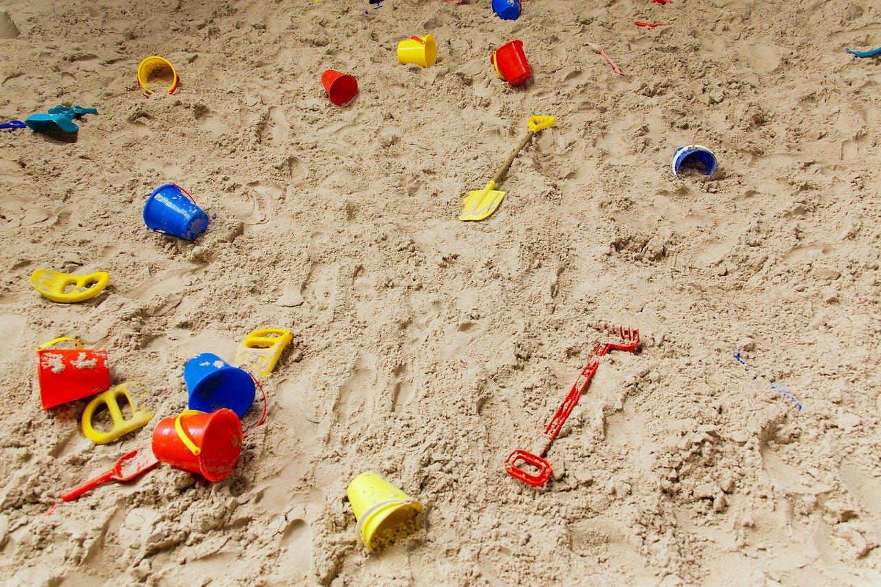 Болезни из песочницы: какие опасности могут подстерегать малышей