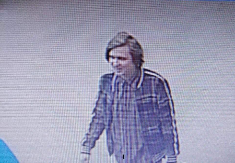 В Йошкар-Оле разыскивают укравшего алкоголь из магазина мужчину