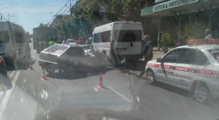 В Йошкар-Оле на улице Первомайская столкнулись микроавтобус и Лада