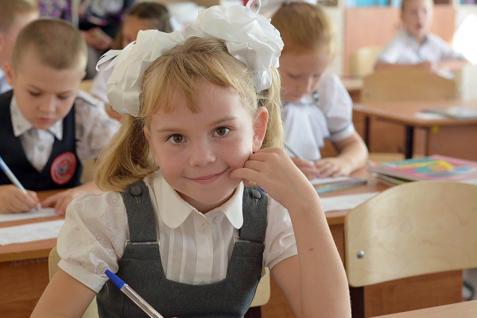 Прием заявлений на выплату на учащихся школ начался в России