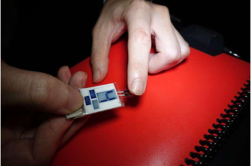 Ученые в США разработали технологию для зарядки смартфона кончиками пальцев