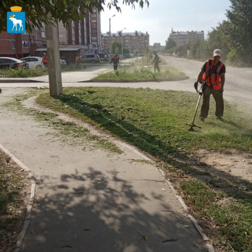 В Йошкар-Оле продолжается уборка улиц и покос травы