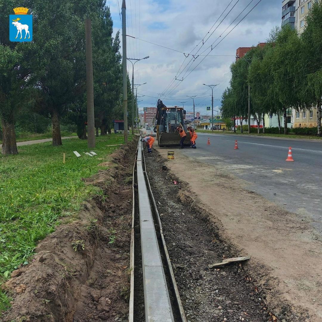На ул. Лебедева в Йошкар-Оле заменяют бортовой камень