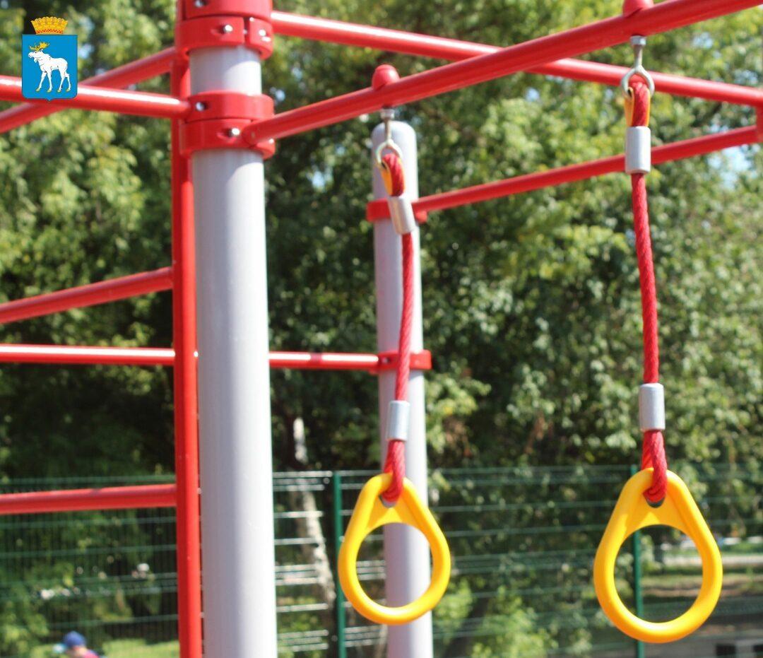 В Центральном парке Йошкар-Олы заканчивают установку спортивной площадки