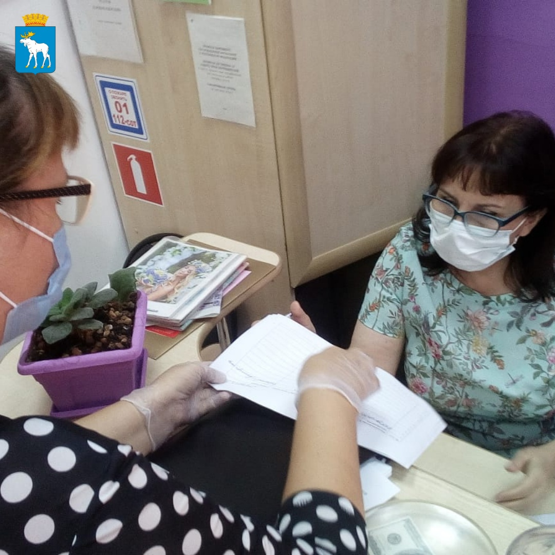 В Йошкар-Оле работникам обслуживающей сферы вручают постановления о вакцинации от COVID-19