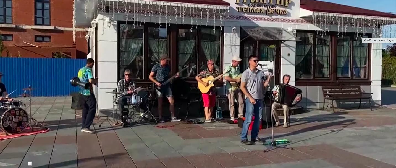 В собственный день рождения певец Александр Речкин организовал уличный концерт для йошкаролинцев