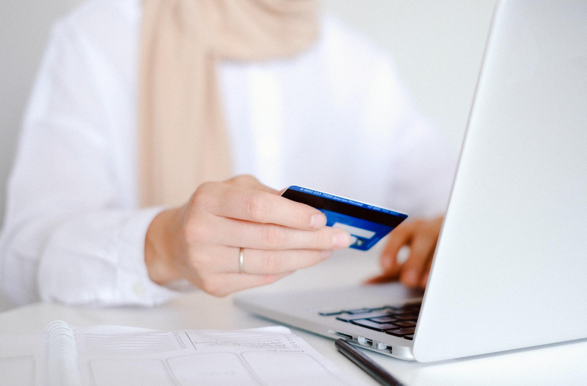 Эксперт Деменюк: у банковских карт существует дополнительная защита в виде подписи владельца