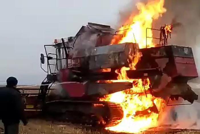 В поле Марий Эл загорелся комбайн