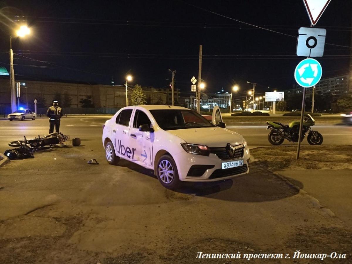 В Йошкар-Оле таксист на Renault Logan столкнулся с женщиной-байкером