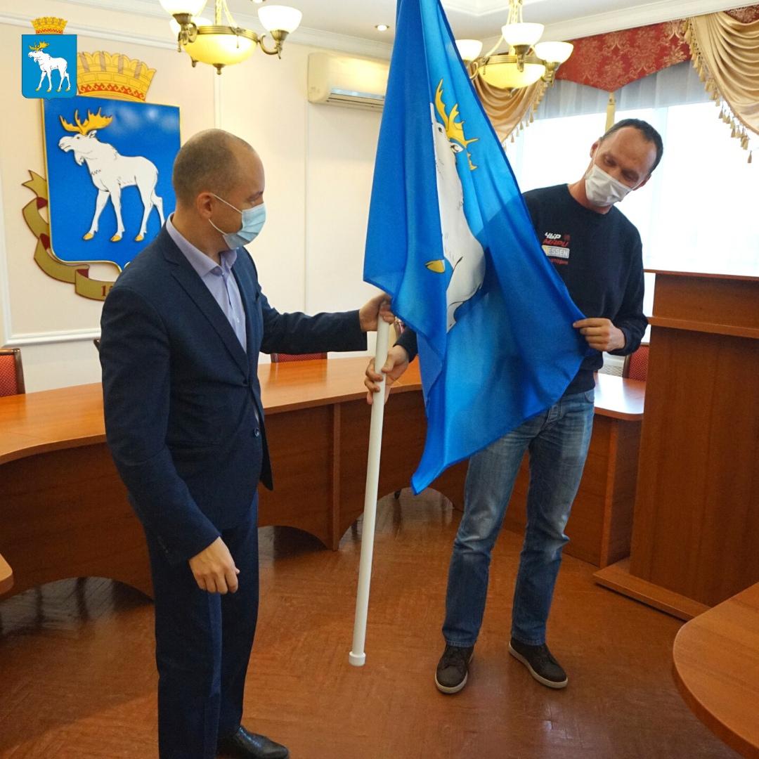 Мэр Йошкар-Олы вручил флаг города квадроциклисту Максимову