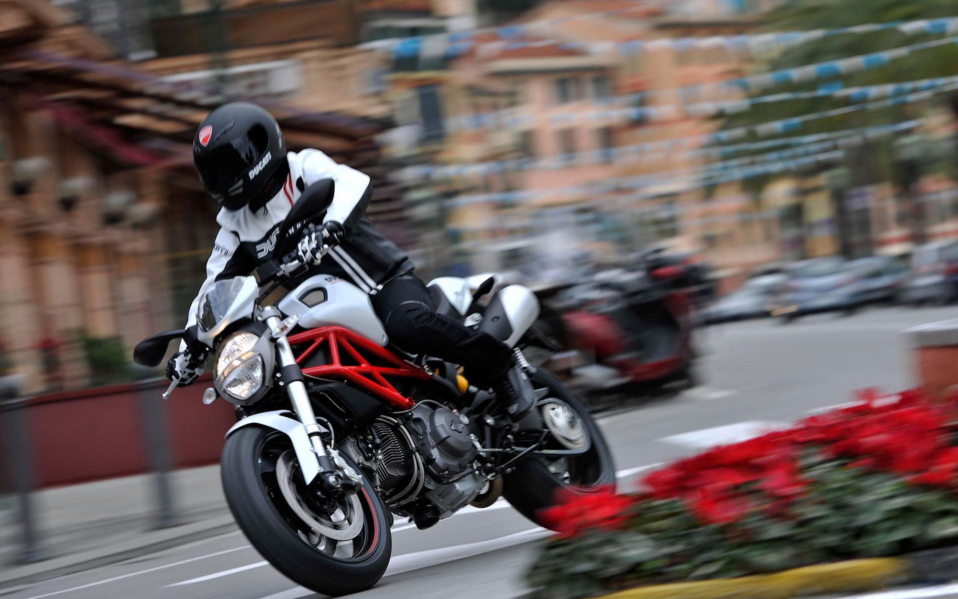 Apple попросила владельцев iPhone не закреплять их на мотоциклах