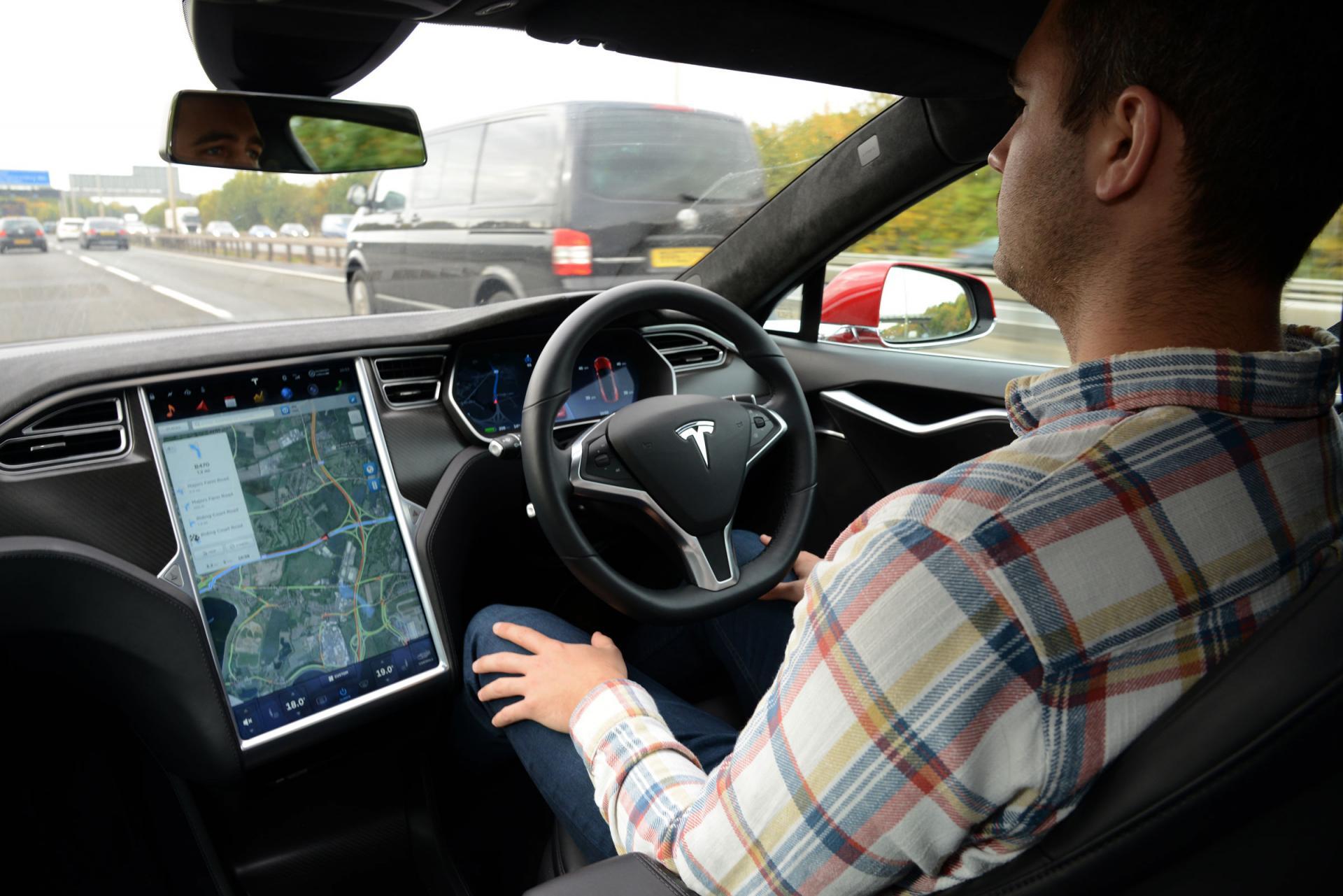 Исследование МТИ: Автопилот Tesla делает водителей невнимательными