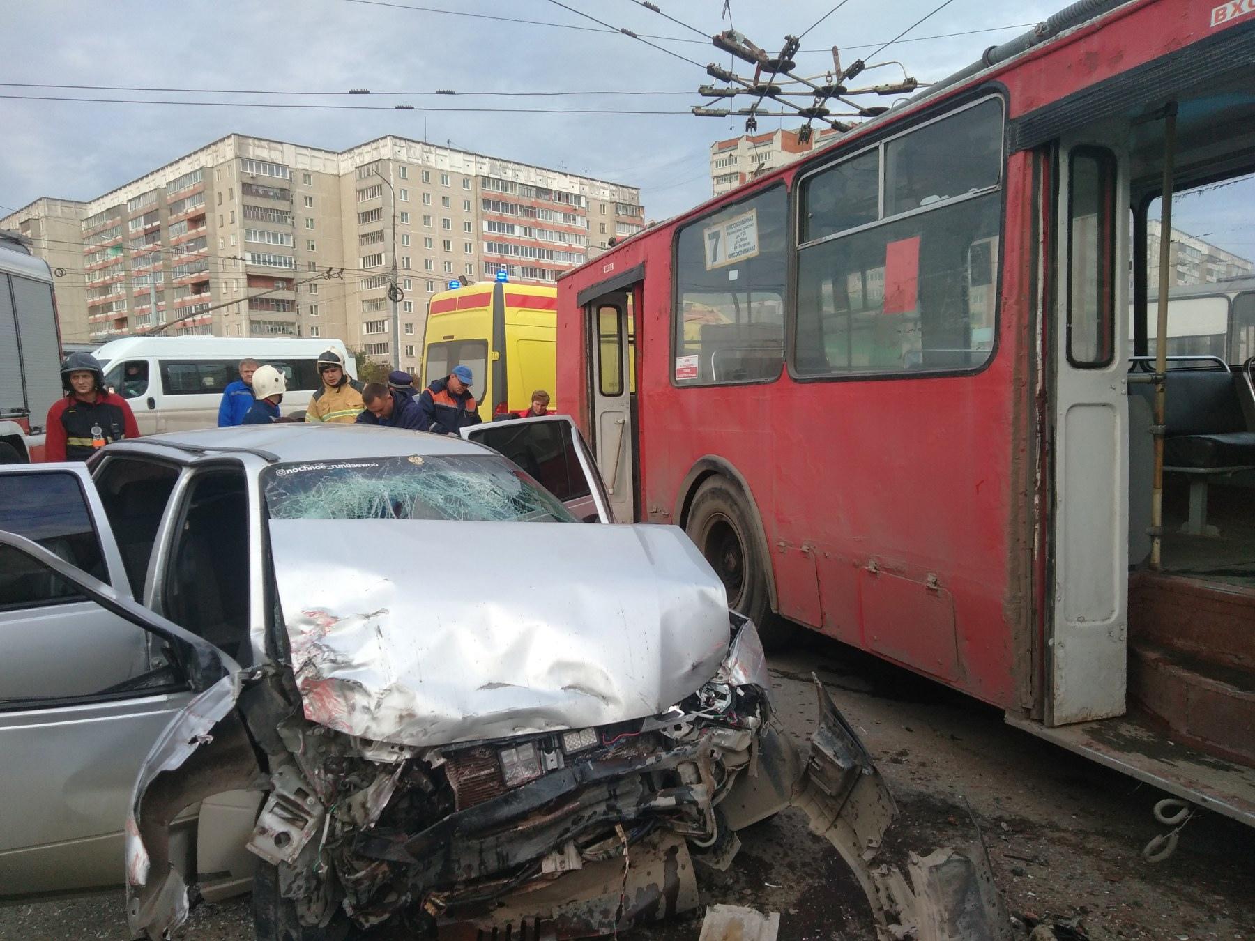 В Йошкар-Оле четыре человека пострадали в ДТП с автомобилем и троллейбусом