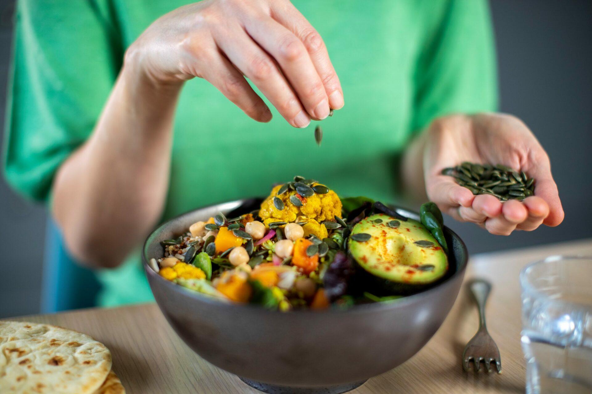 Диетолог Маклид посоветовала добавлять семечки и овощи в обычные блюда
