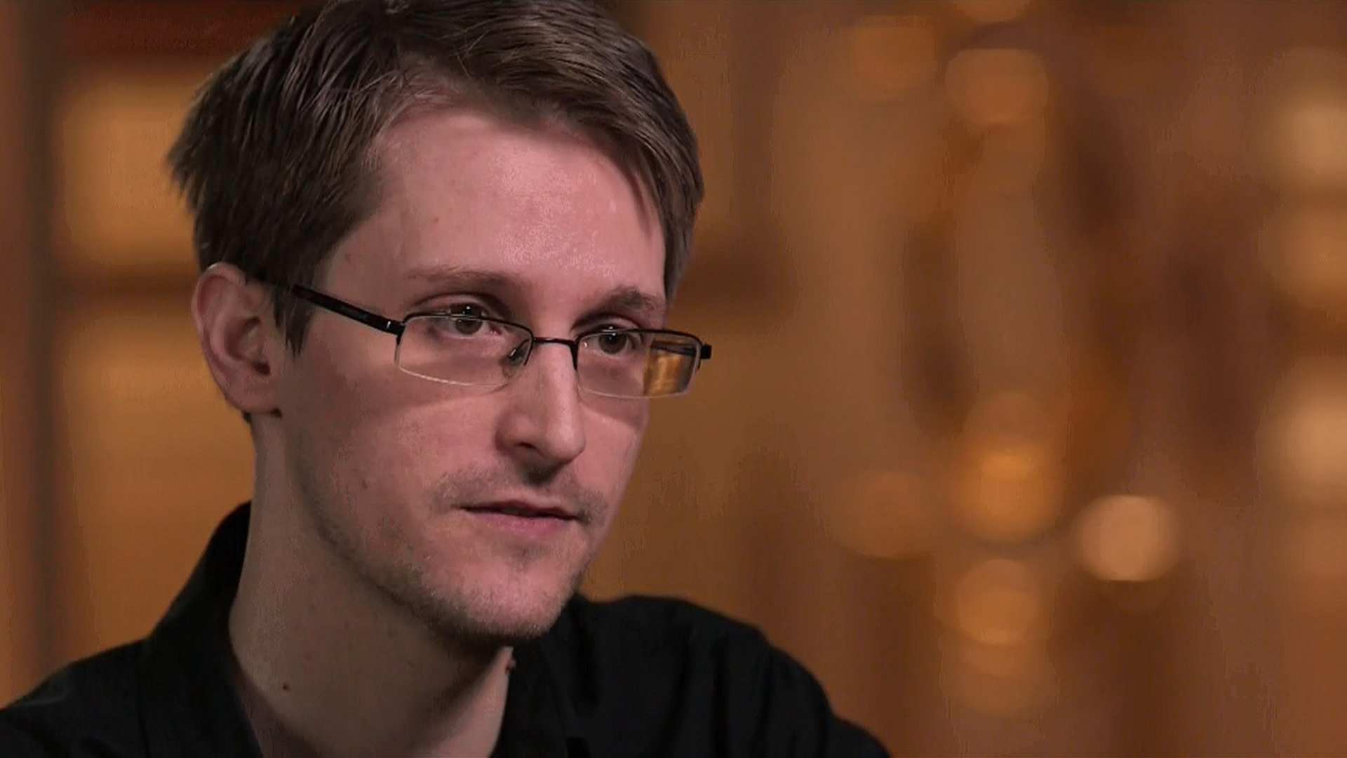 Эдвард Сноуден предупредил владельцев смартфонов о риске проникновения в их данные