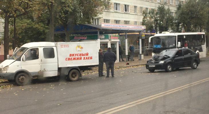 В центре Йошкар-Олы из-за аварии ГАЗель отбросило на обочину