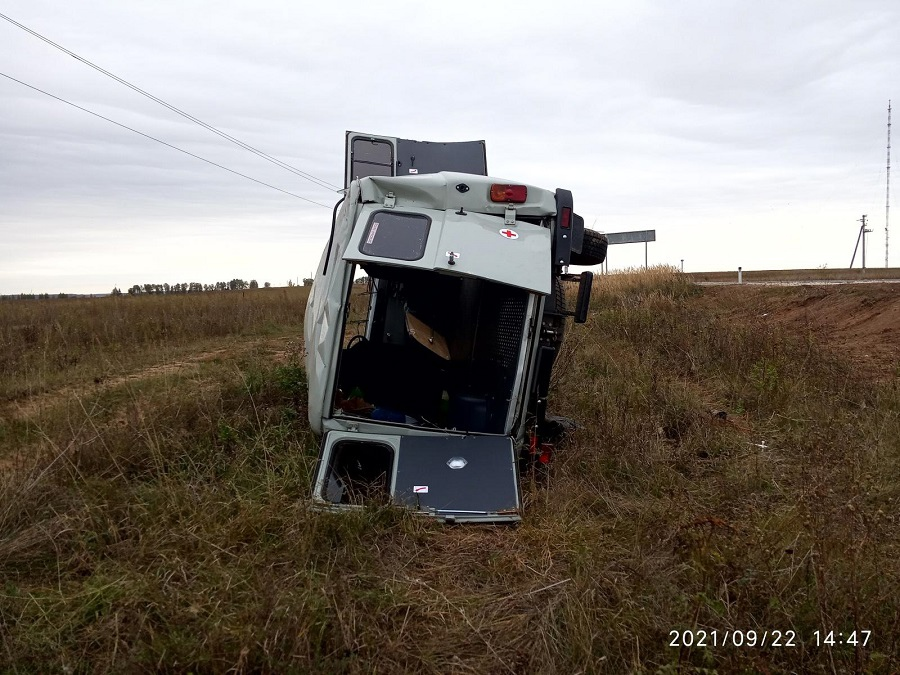 Пьяный водитель опрокинул в кювет автомобиль скорой помощи