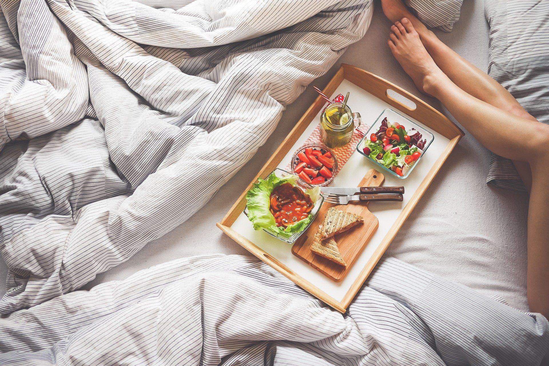 Сытный завтрак помогает человеку похудеть