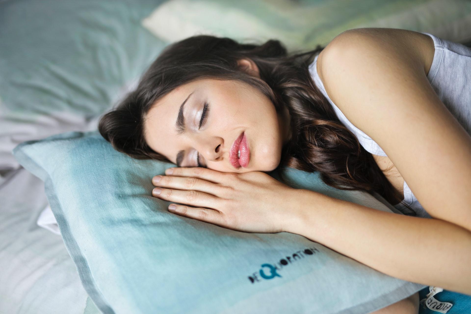 Пульмонолог Абакумов предупредил, что недосып может увеличить риск тяжелого течения COVID-19