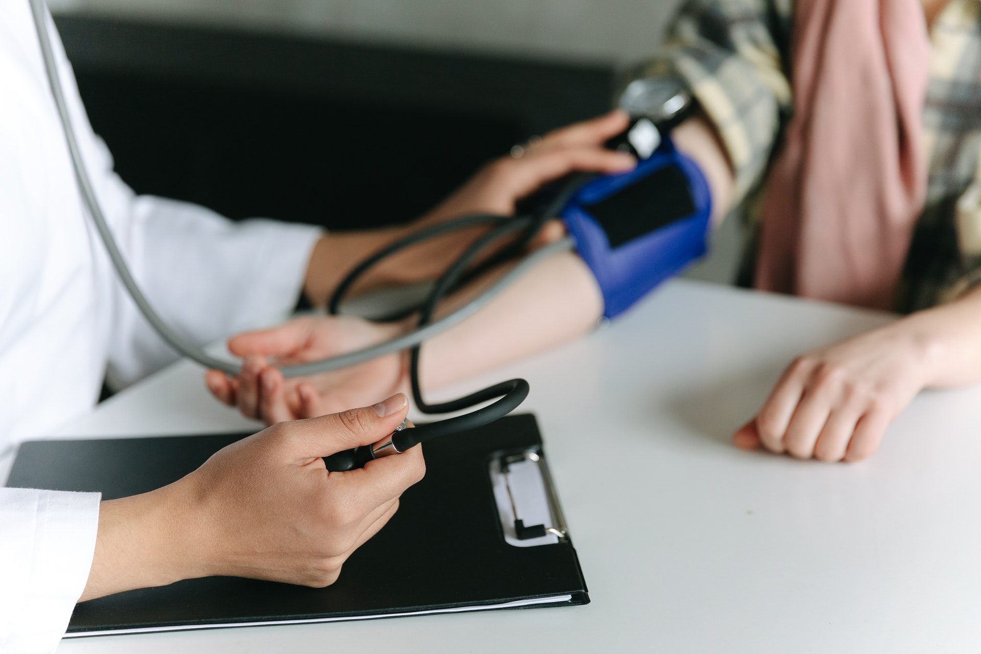 Молодые россияне страдают от инфарктов и инсультов из-за образа жизни - кардиолог Федоров