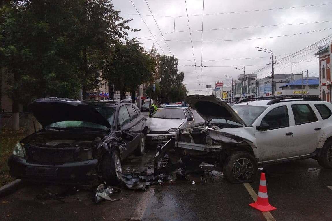 В Йошкар-Оле водитель Renault спровоцировал тройное ДТП и попал в больницу