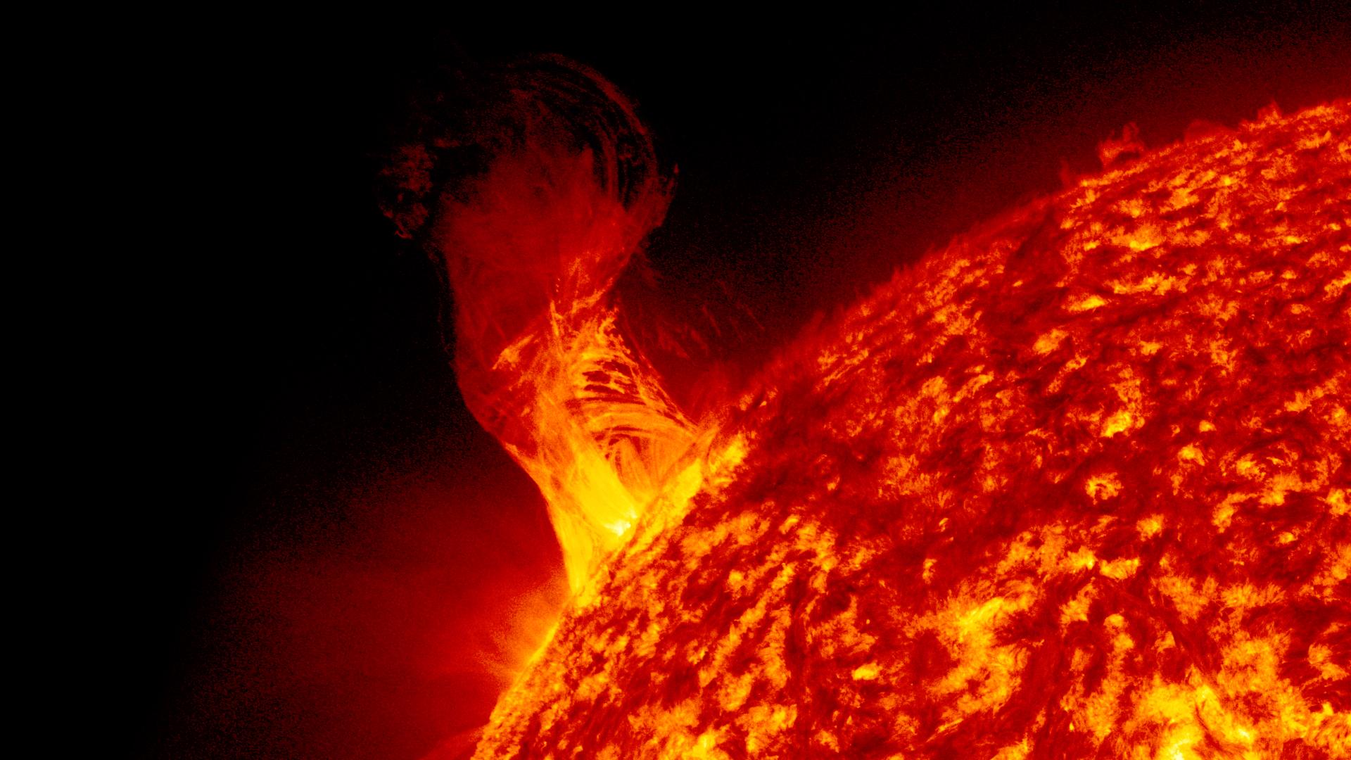 Вспышки на Солнце могут лишить жителей Земли интернета