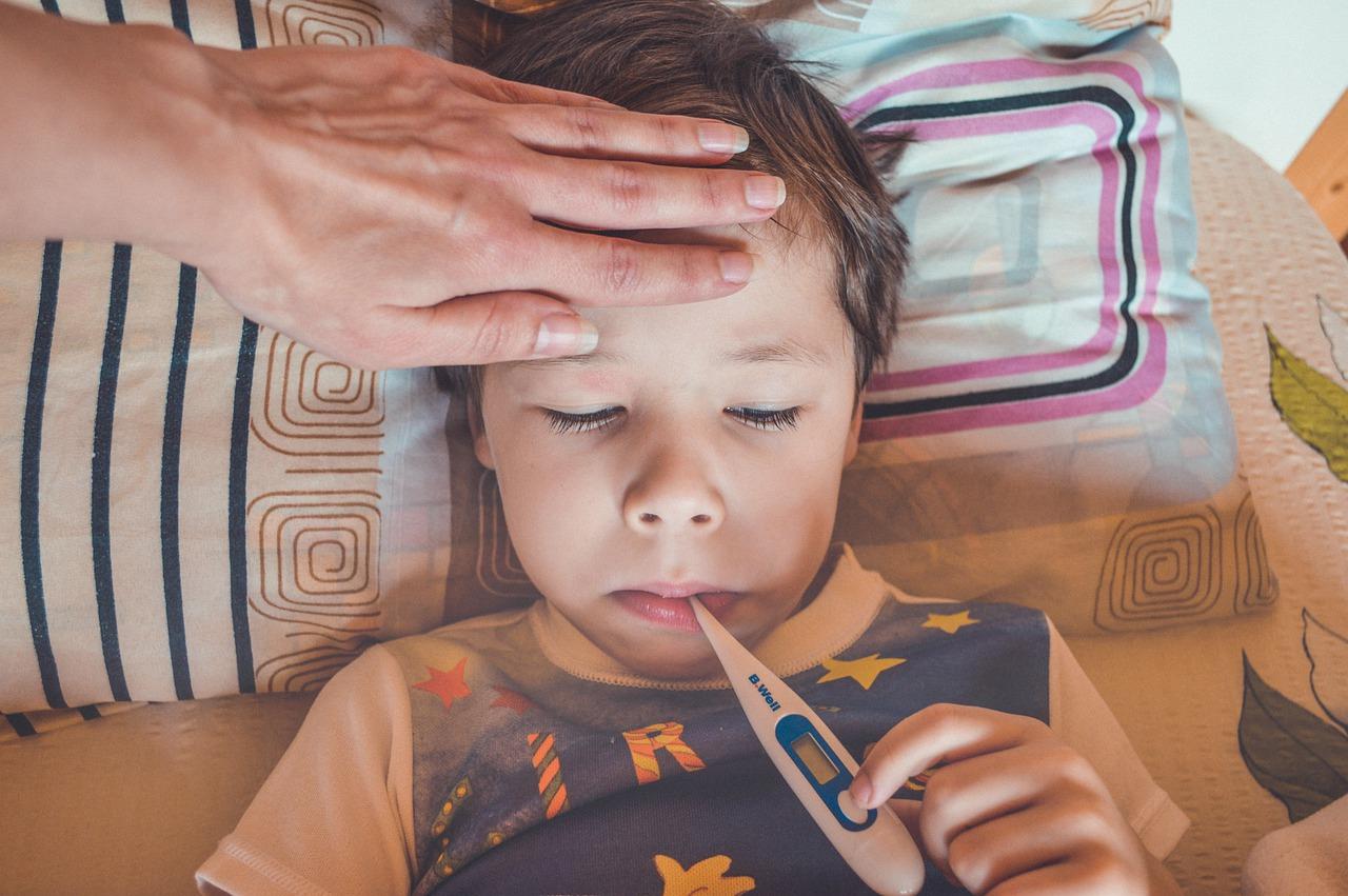 Высокая температура является характерным признаком COVID-19 у детей